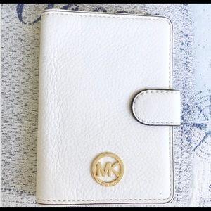 Michael Kors Wallet. Gold Signature Emblem.